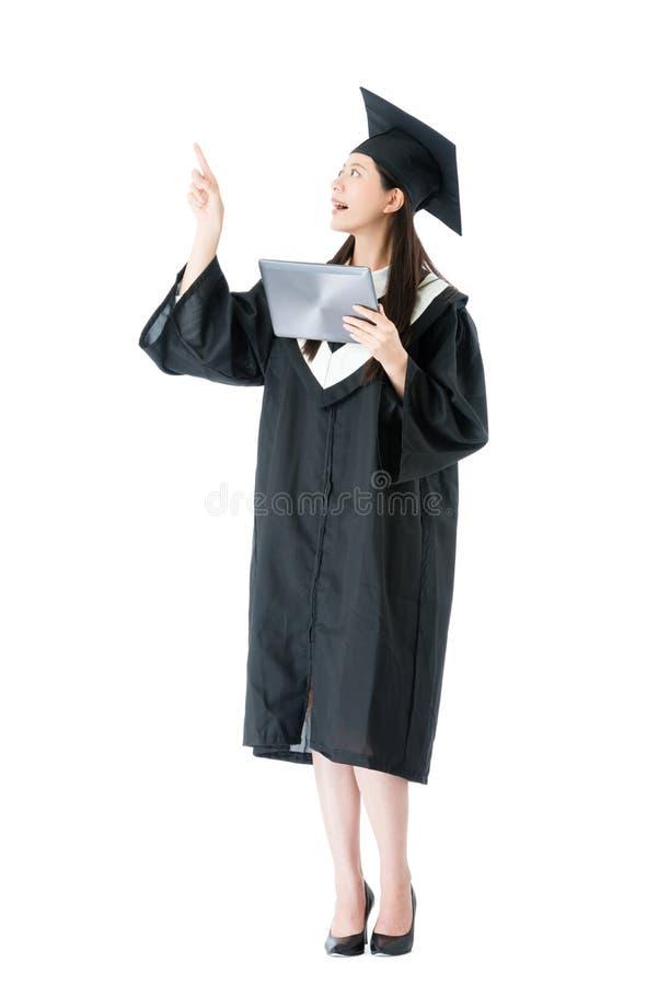 Mulher feliz do graduado novo que guarda o computador móvel imagens de stock