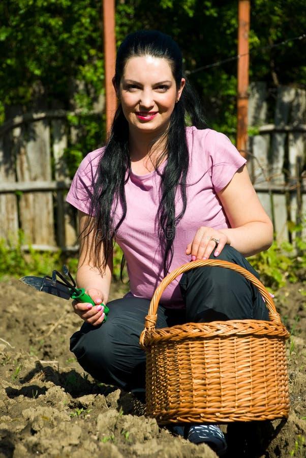 Mulher feliz do jardineiro fotografia de stock royalty free