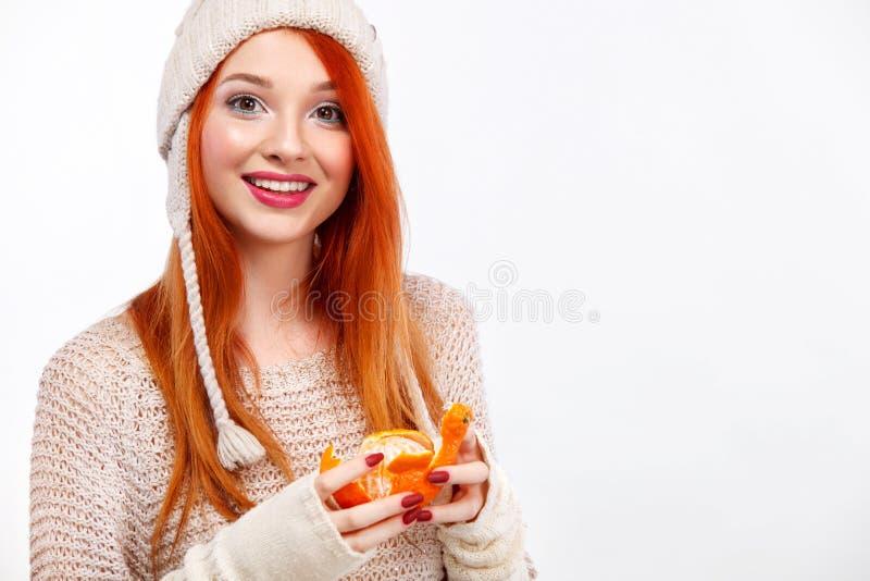Mulher feliz do ruivo de Beautyful com o mandarino do Natal no fundo branco com espaço da cópia Cartaz do Natal e do ano novo fotografia de stock royalty free