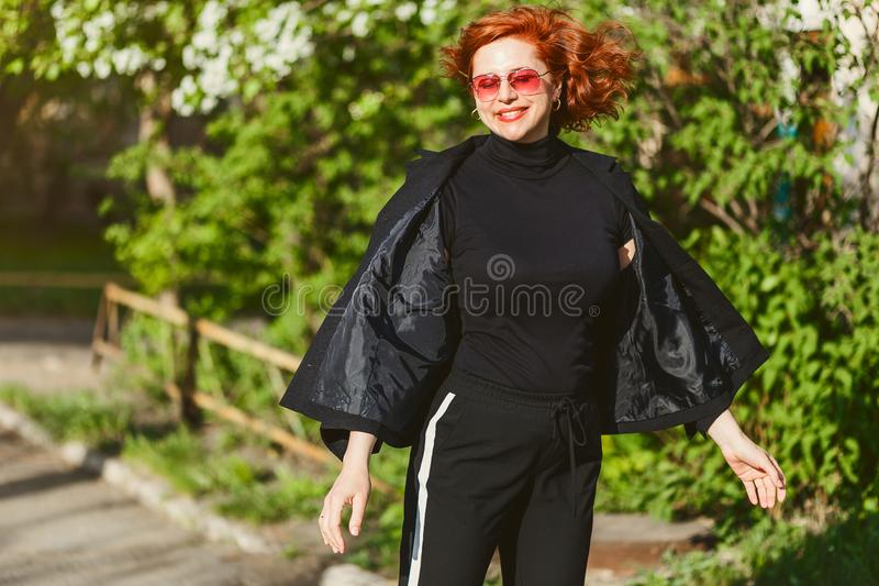 Mulher feliz do ruivo no terno preto no verão fora fotos de stock royalty free