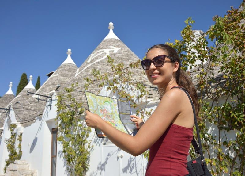 Mulher feliz do turista em férias com a cidade de visita do mapa em Itália do sul foto de stock