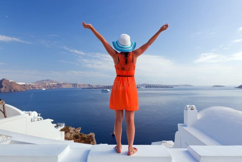Mulher feliz do turista na ilha de Santorini, Grécia Curso foto de stock