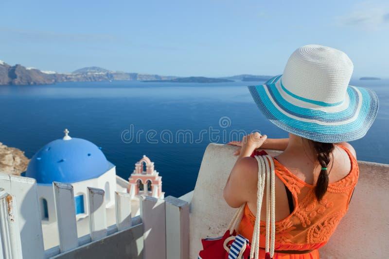 Mulher feliz do turista na ilha de Santorini, Grécia Curso fotografia de stock