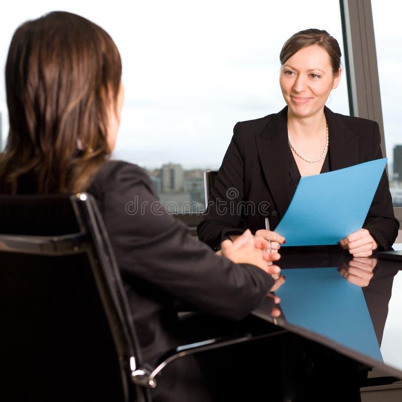 Mulher feliz durante uma conversa do trabalho imagem de stock