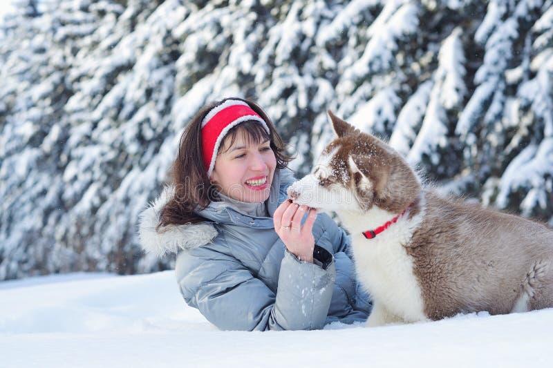 Mulher feliz e seu cachorrinho ronco foto de stock