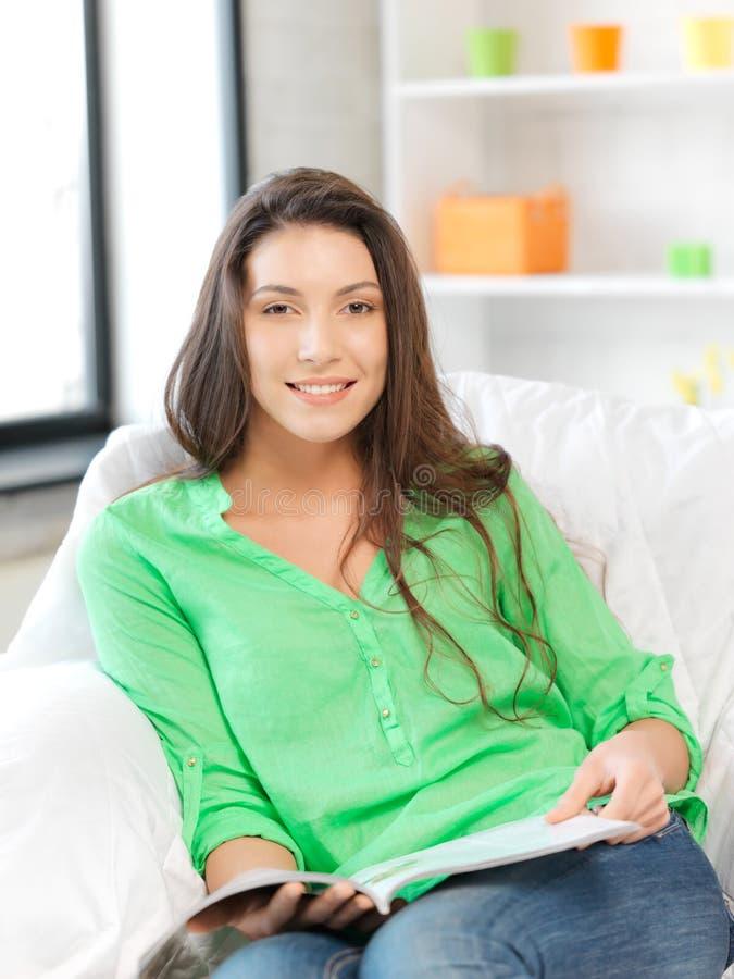 Mulher feliz e sorrindo com compartimento fotos de stock royalty free