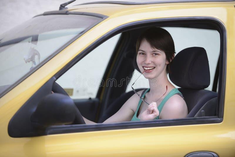 Mulher feliz em seu carro com vidros fotografia de stock royalty free