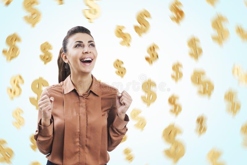 Mulher feliz em sinais do marrom e de dólar fotografia de stock royalty free