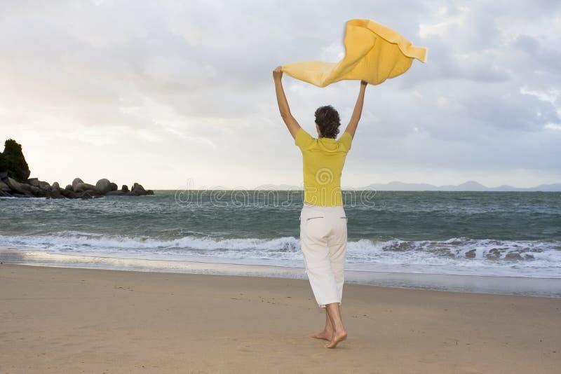 Mulher feliz em uma praia fotos de stock