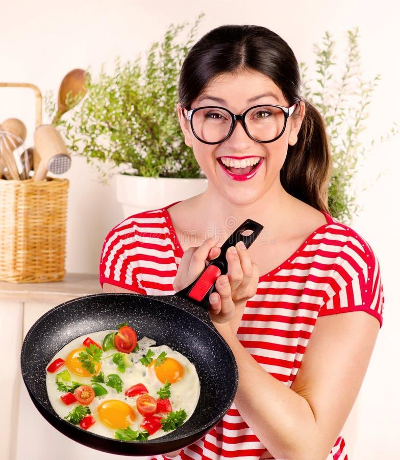 Mulher feliz engraçada nova que guarda a bandeja com ovo imagens de stock royalty free