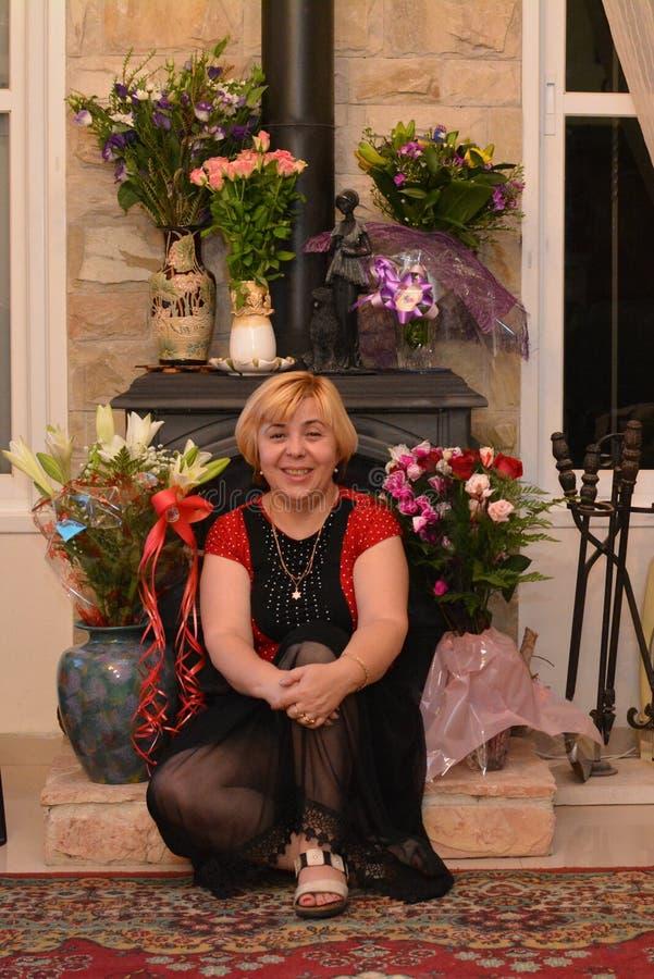 Mulher feliz entre ramalhetes das flores fotos de stock
