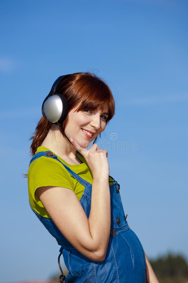 A mulher feliz escuta música foto de stock royalty free
