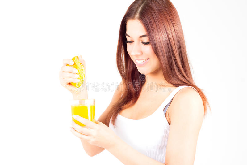 A mulher feliz espreme o suco da laranja e da vista para baixo Alimento saudável e direito fotos de stock royalty free