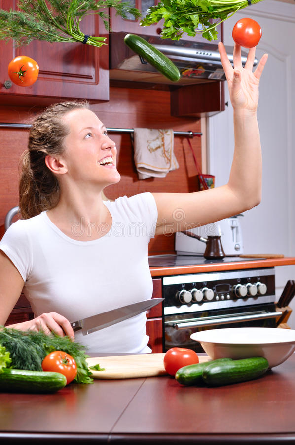 Download A Mulher Feliz Está Cozinhando A Salada Foto de Stock - Imagem de comer, pepino: 16867804