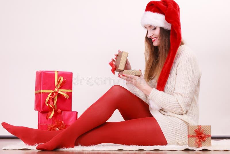 A mulher feliz faz presentes de Natal fotografia de stock royalty free