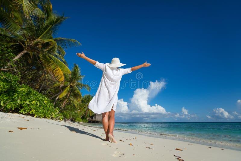 Mulher feliz livre na praia que aprecia a natureza Menina natural o da beleza imagens de stock royalty free