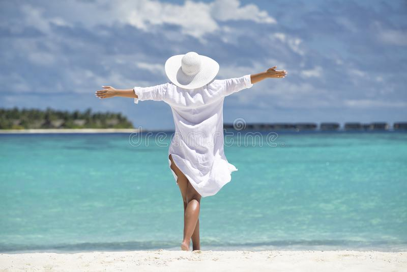 Mulher feliz livre na praia que aprecia a natureza Menina natural o da beleza fotografia de stock royalty free