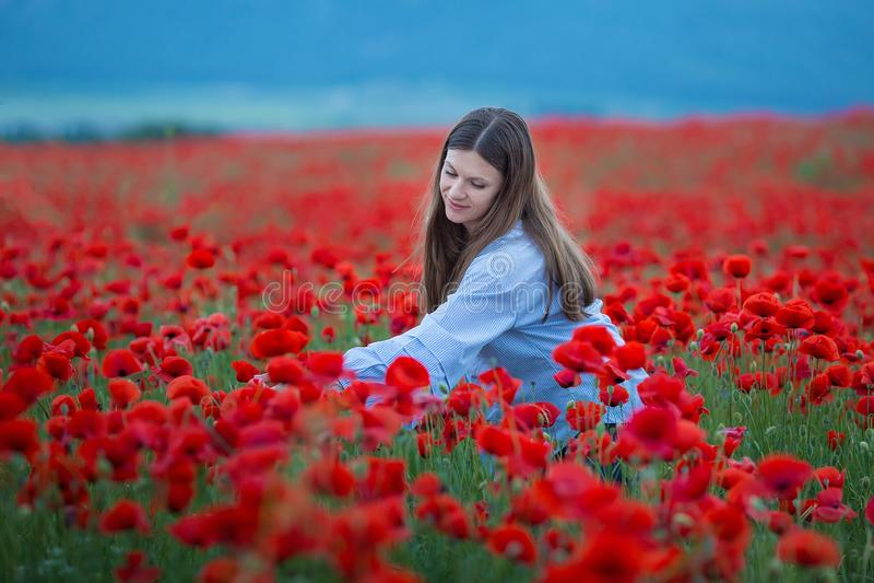 Mulher feliz livre que aprecia a natureza Menina da beleza exterior Conceito da liberdade Menina da beleza sobre o céu e o Sun su imagens de stock