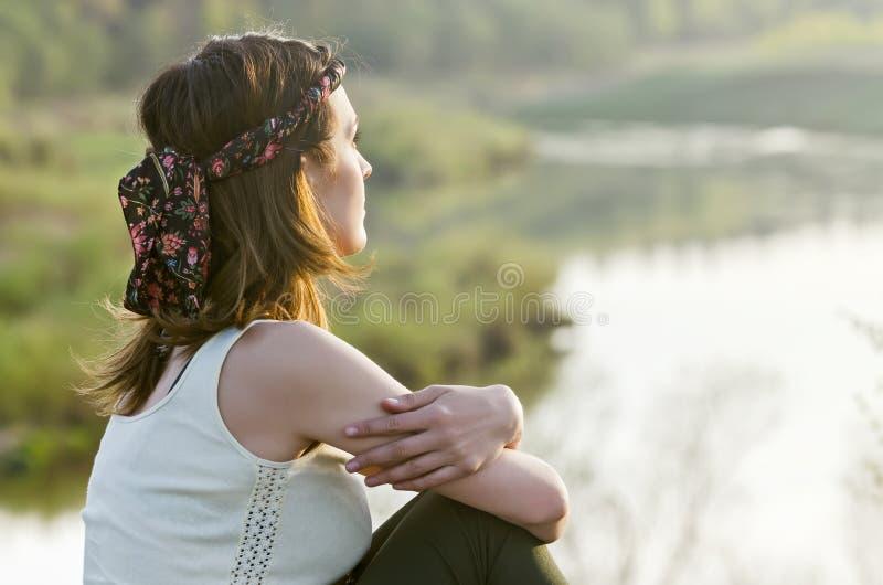 Mulher feliz livre que aprecia a natureza Menina da beleza exterior Liberdade c foto de stock