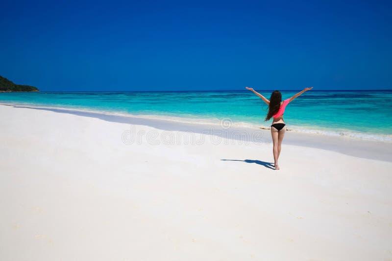 Mulher feliz livre que aprecia a natureza tropical da praia wellness Trave imagem de stock