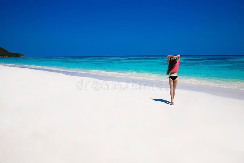 Mulher feliz livre que aprecia a natureza tropical da praia wellness Trave imagem de stock royalty free