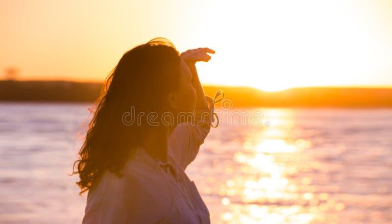 Mulher feliz livre que aprecia o por do sol imagens de stock
