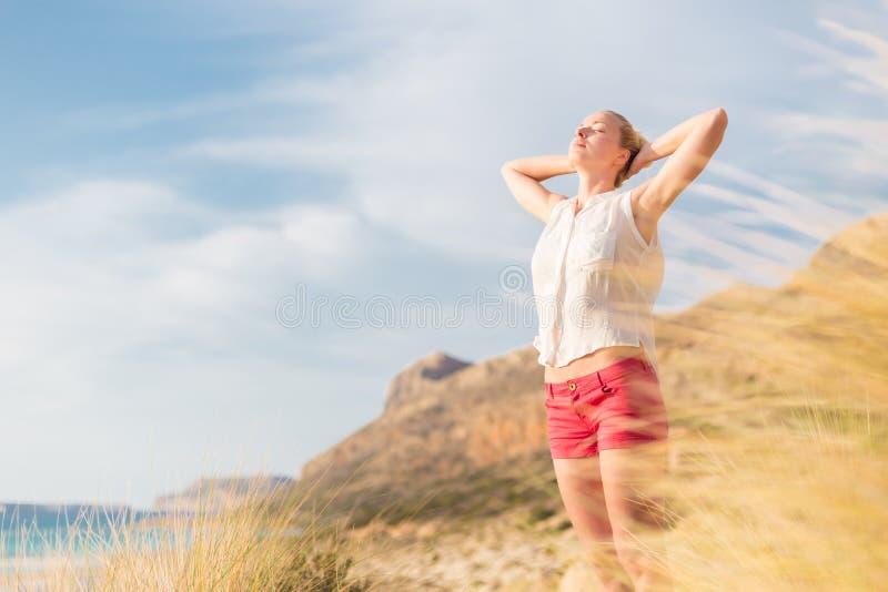 Mulher feliz livre que aprecia Sun em férias foto de stock