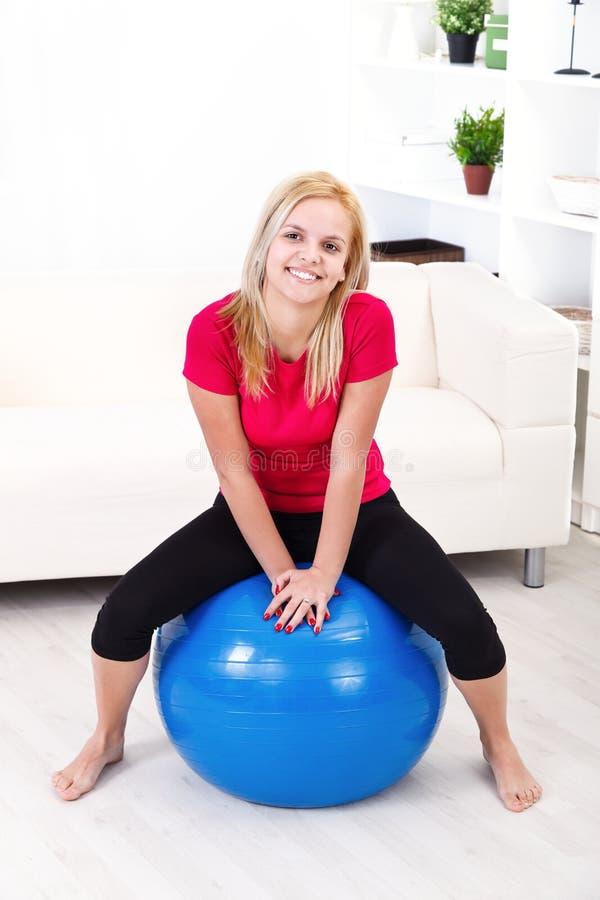 Mulher feliz na bola dos pilates fotos de stock
