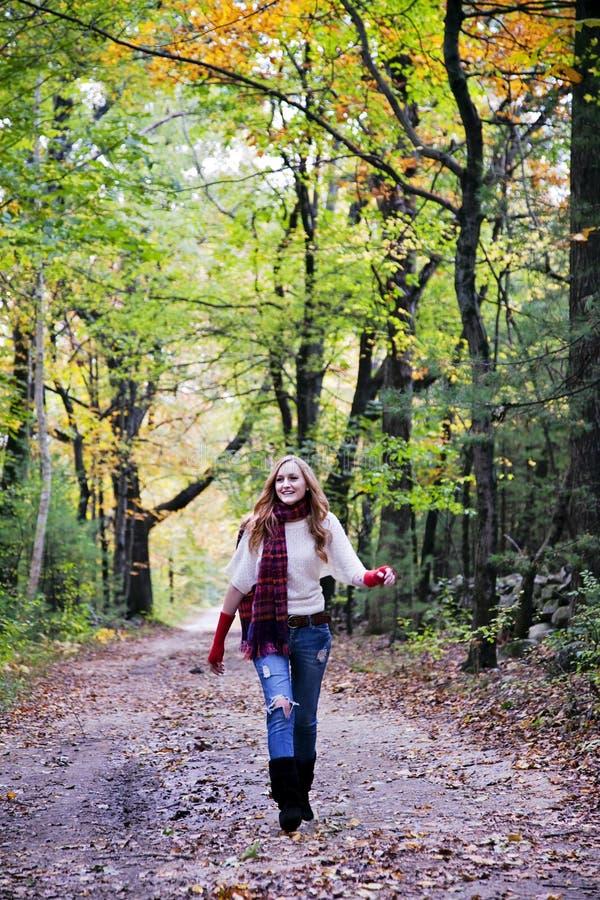 Mulher feliz na caminhada foto de stock