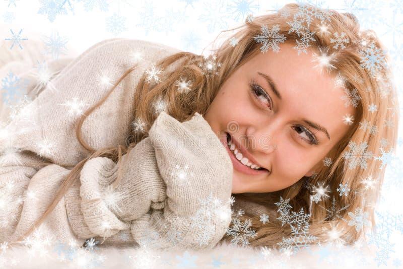 Mulher feliz na camisola e no mitten com flocos de neve imagem de stock royalty free