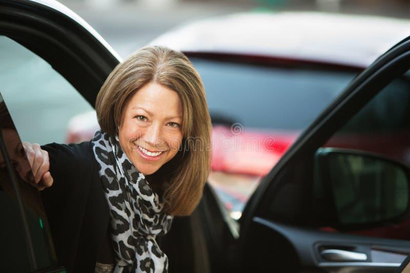 Mulher feliz na cena urbana imagens de stock royalty free