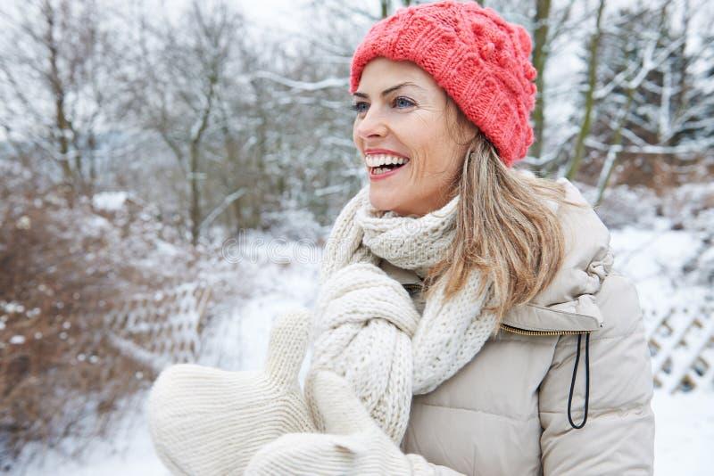 Mulher feliz na roupa do inverno fora fotografia de stock royalty free