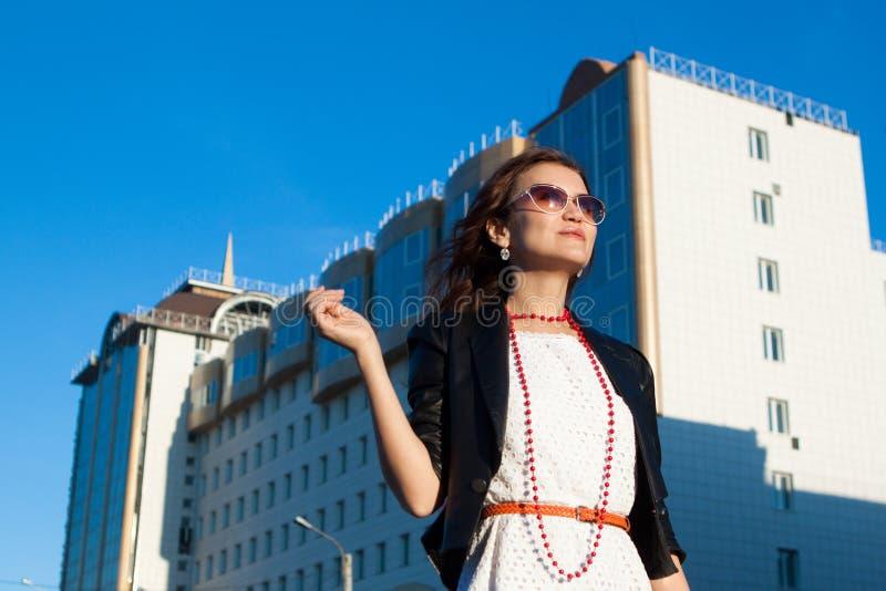 Mulher feliz na rua da cidade imagens de stock royalty free