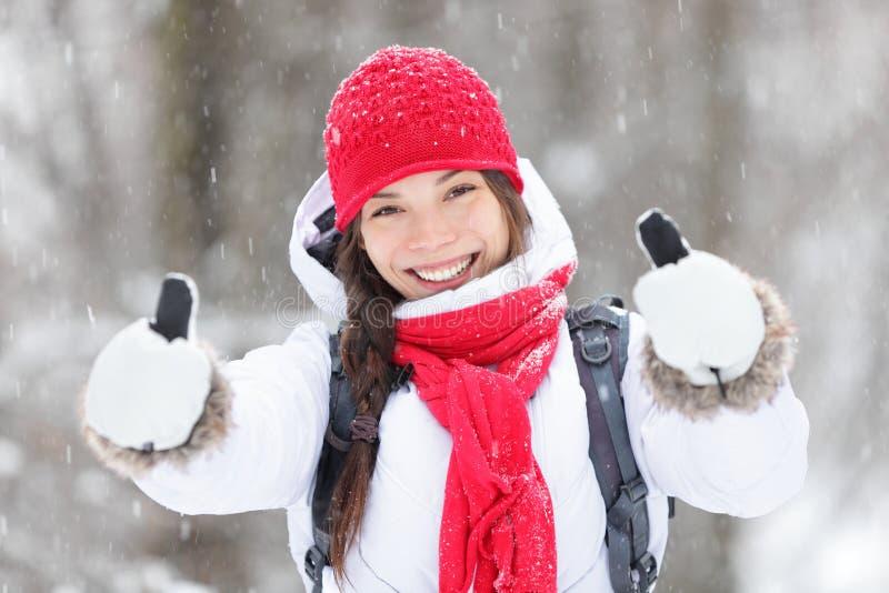 Mulher feliz na tempestade de neve que dá os polegares acima fotos de stock