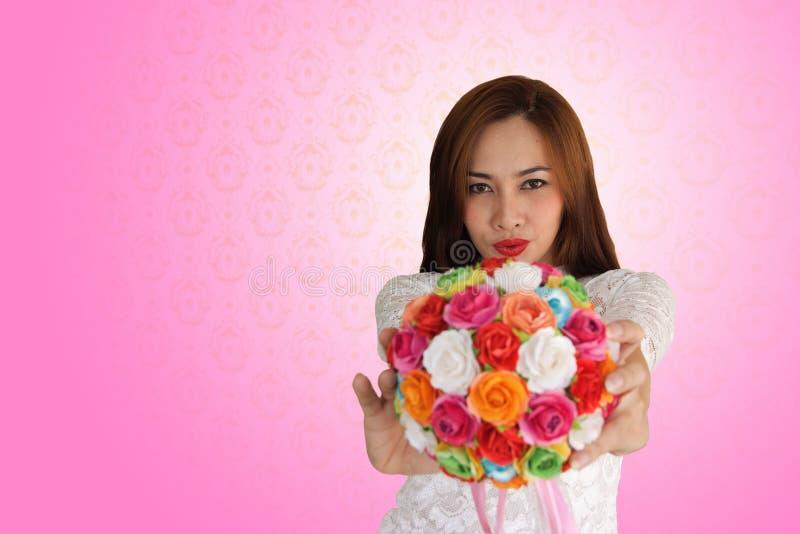 A mulher feliz no amor aumentou imagens de stock royalty free