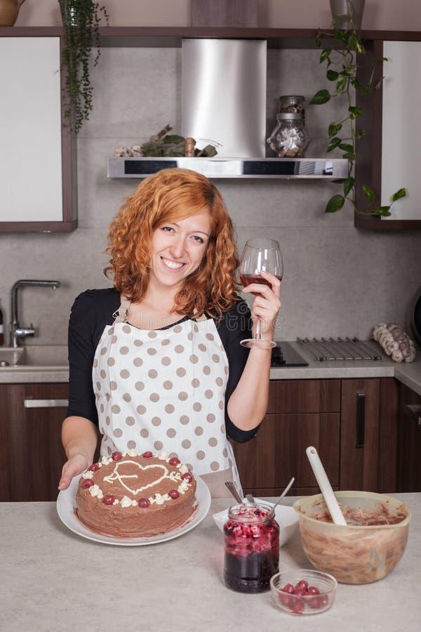 Mulher feliz no amor que mostra o bolo caseiro imagem de stock