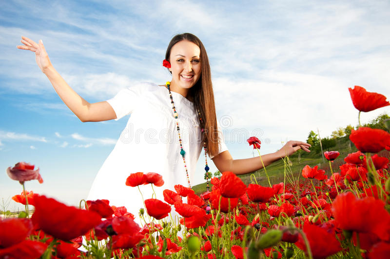 Mulher feliz no campo da papoila imagem de stock