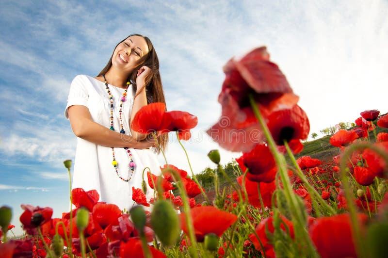 Mulher feliz no campo da papoila imagem de stock royalty free