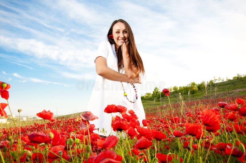 Mulher feliz no campo da papoila imagens de stock royalty free
