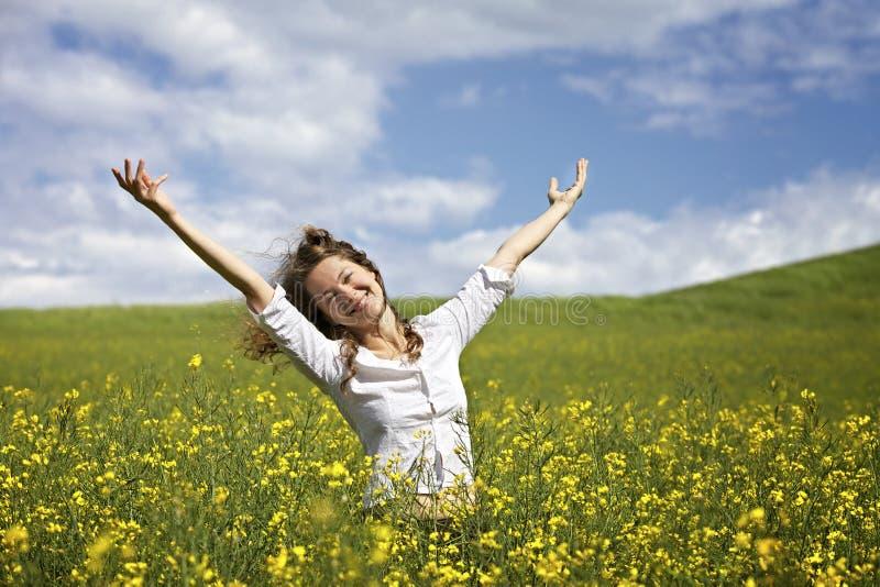 Mulher feliz no campo do rapeseed foto de stock