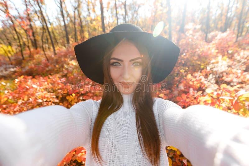 Mulher feliz no chapéu negro que faz o selfie imagens de stock