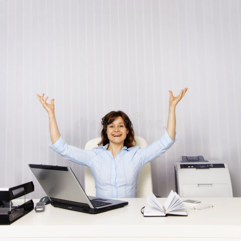Mulher feliz no escritório imagens de stock