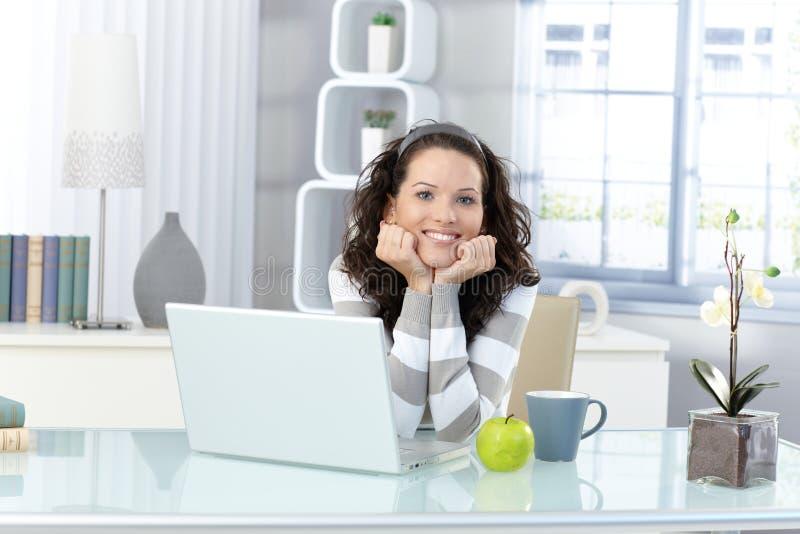 Mulher feliz no estudo imagem de stock