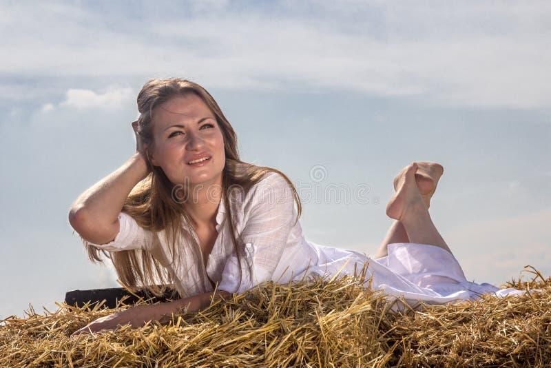 Mulher feliz no feno fotos de stock