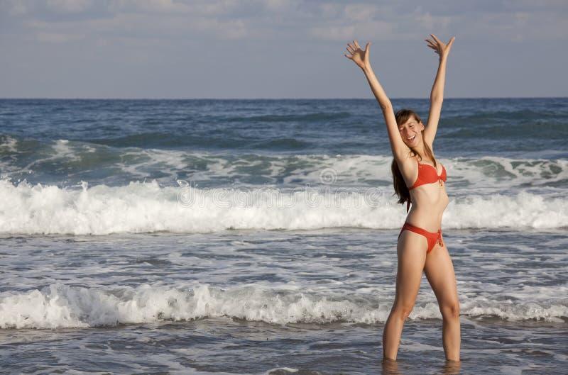 Mulher feliz no oceano imagem de stock royalty free