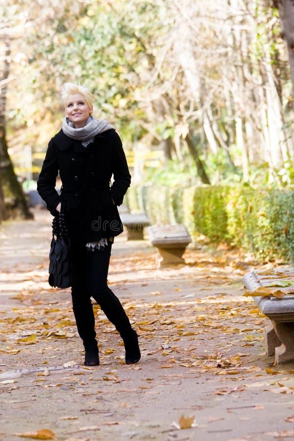Mulher feliz no parque sazonal frio foto de stock royalty free