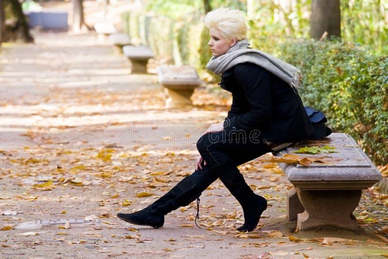 Mulher feliz no parque sazonal frio imagens de stock royalty free