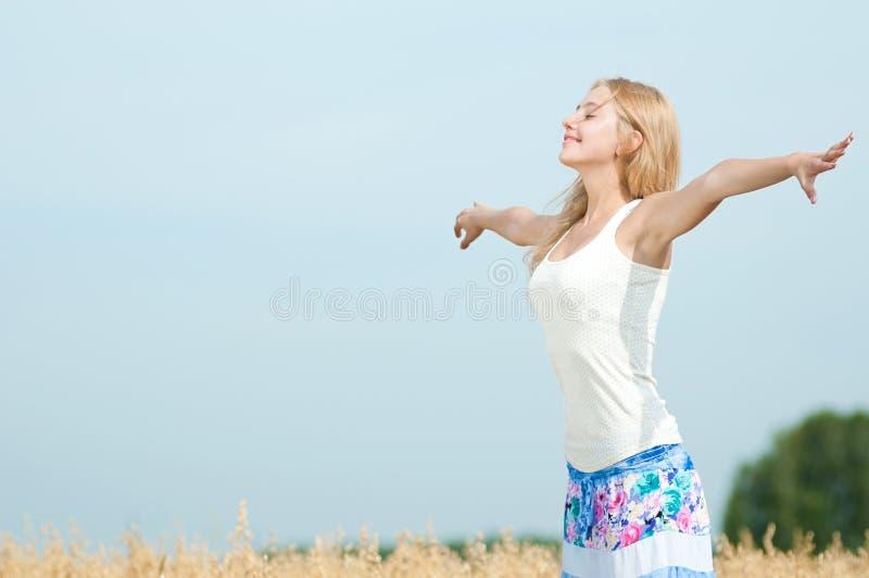 Mulher feliz no piquenique no campo de trigo foto de stock royalty free