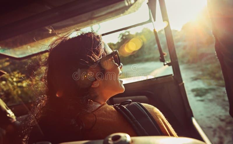 Mulher feliz no safari fotografia de stock