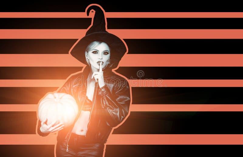 Mulher feliz no traje do Dia das Bruxas da bruxa ecret Dia das Bruxas Bruxa que levanta com ab?bora Conceito de Halloween imagens de stock